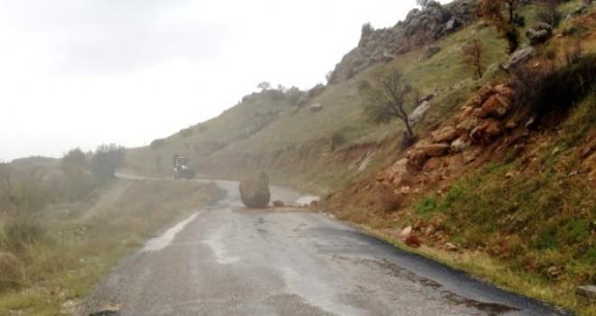 Photo of Dağdan Kopan Büyük Kayalar Yolu Kapattı