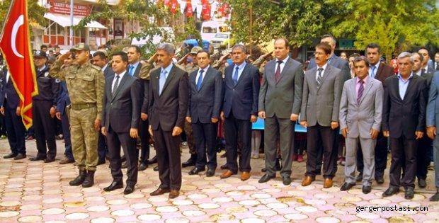 """Photo of Cumhuriyet Bayramı Kutlamaları """"Çelenk """" İndirme Töreniyle Başladı"""