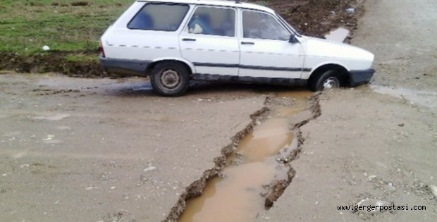 Photo of Kahta İlçesinde Yol Çöktü Bir Araç Mahsur Kaldı