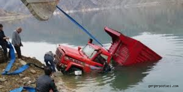 Photo of Suya batan kamyon dalgıç ve kepçe yardımıyla çıkartıldı